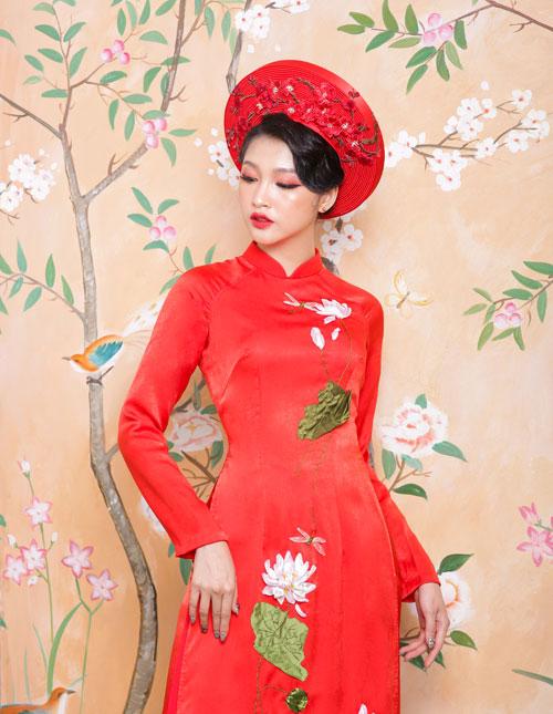 Thân áo ấn tượngvới bức tranh khung cảnh mùa hè được khắc nổi. Dáng áo không quá rộng để cô dâu dễ dàng di chuyển.