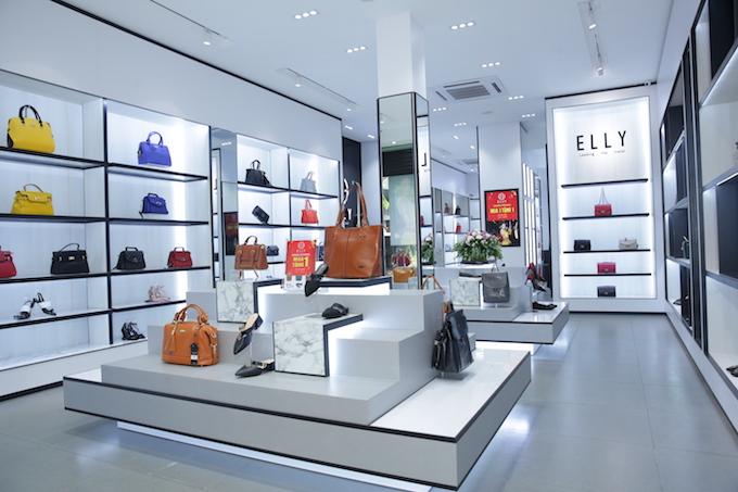 Không gian cửa hàng mới sang trọng, trang nhã của thương hiệu Elly. Các sản phẩm bố trí bắt mắt và khoảng cách rộng thoáng, giúp khách hàng dễ mua sắm. Tìm hiểu thêm www.elly.vnhttp://www.elly.vn hoặc hotline 0906636000