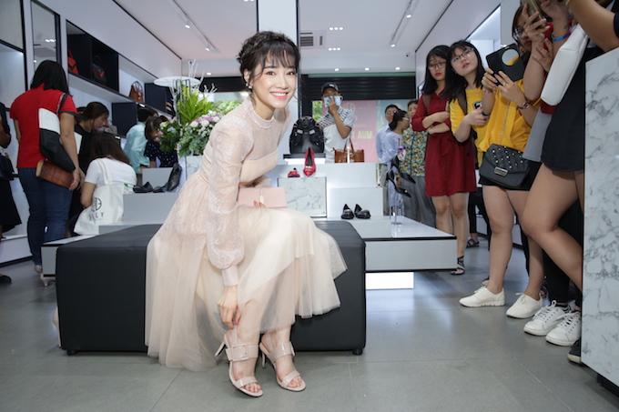 Nữ diễn viên Tuổi thanh xuân khá yêu thích các sản phẩm trưng bày khi cô liên tục thử nhiều mẫu túi và giày, từ phong cách văn phòng cổ điển đến dạo phố trẻ trung. Nhiều bạn trẻ hâm mộ khen Nhã Phương xinh đẹp, ngỏ lời chụp ảnh cùng cô.