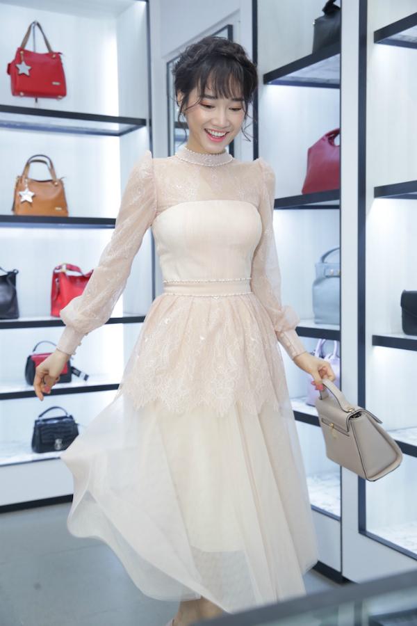 Không gian sang trọng và rộng rãi của cửa hàng khiến trải nghiệm mua sắm của nữ diễn viên thoải mái hơn.