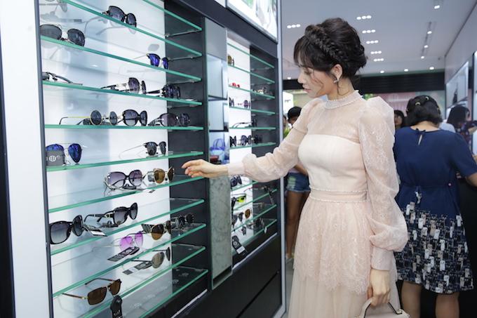 Người đẹp cũng dành thời gian ngắm nhìnphụ kiện kính mát. Cô cho biết mình hiếm khi ra đường mà thiếu đithiếu chiếc kinh hợp mốt.