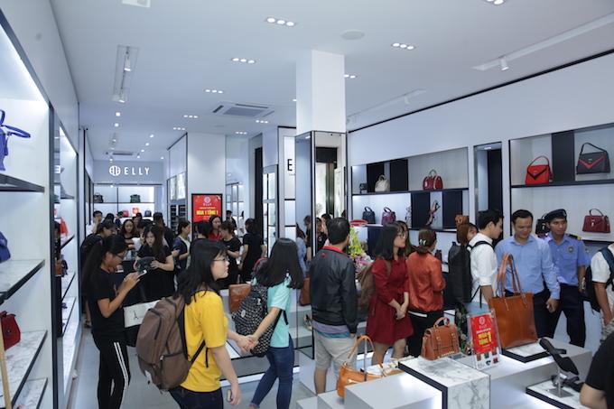 Chương trình ưu đãimua 1 tặng 1 của nhãn hàng cũng thu hút nhiều bạn trẻ yêu thích thời trang đến buổi ra mắt showroom.