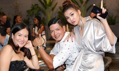 Vợ chồng Bình Minh đến mừng Thanh Hằng khai trương nhà hàng