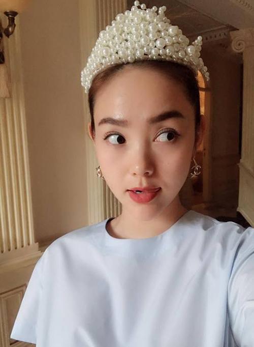 Minh Hằng đeo vương miện ngọc trai, xinh đẹp như nàng công chúa. Nữ ca sĩ tự nhận mình không chỉ đẹp, điên mà còn rất siêng năng và nhân tiện giới thiệu về MV sắp ra lò.