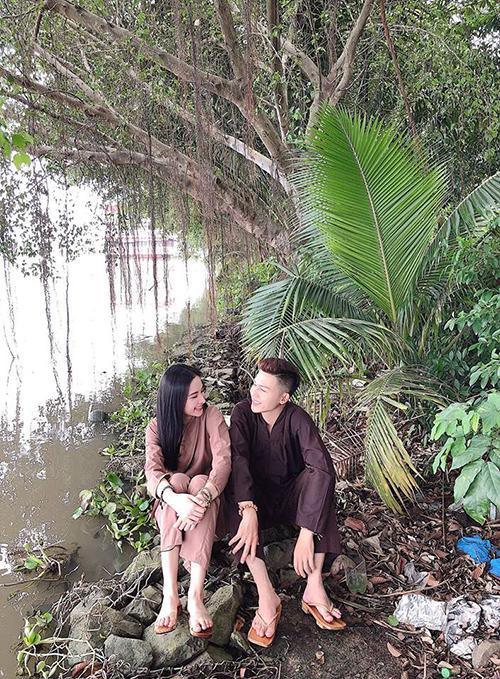Angela Phương Trinh ăn mặc giản dị, ngồi bên bờ kênh