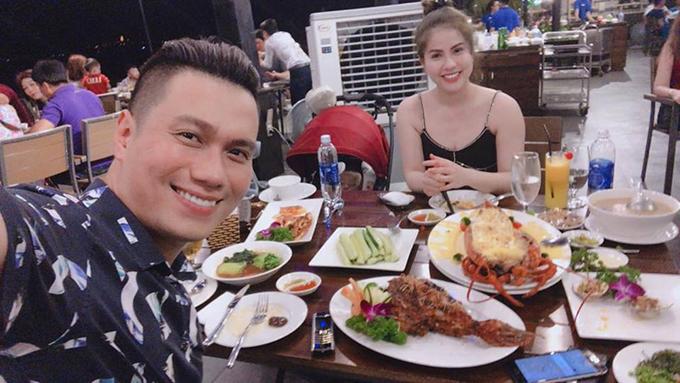Việt Anh hẹn hò ăn tối với vợ ở Đà Nẵng nhưng không quên livestream giới thiệu địa chỉ ăn ngon cho người hâm mộ.