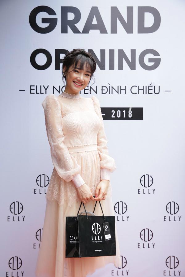 Sáng 9/6, Nhã Phương xuất hiện trong bộ cánh màu nude sang trọngtại sự kiện khai trương showroom mới của thương hiệu phụ kiện thời trang cao cấp Elly tại quận 3, TP HCM.