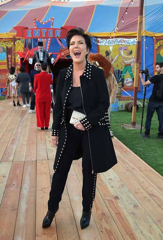 Mẹ Kim là một trong những ngôi sao truyền hình thực tế quyền lực nhất hiện nay. Nhờ sự tư vấn và dẫn dắt của bà Kris, 5 cô con gái nhà Kardashian đã trở thành những ngôi sao nổi tiếng và thành công bậc nhất showbiz Mỹ gồm: Kourtney, Kim, Khloe Kardashian, Kendall Jenner, Kylie Jenner.