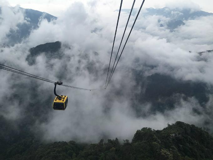 Lên cáp treo, xuyên vào mây, băng qua thung lũng, núi rừng, du khách có thể cảm nhận từng đợt gió mát với mây, với núi.