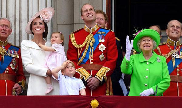 Nữ hoàng cùng chồng và con cháu trên ban công Điện Buckingham trong lần sinh nhật năm 2916. Ảnh: AP.