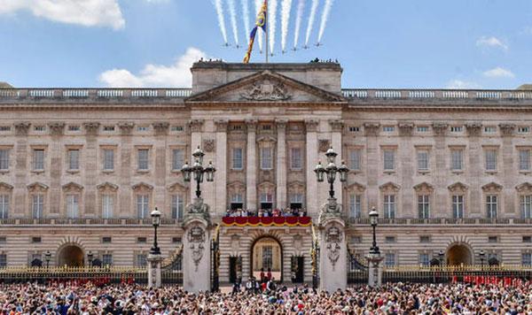 Hàng nghìn người dân tụ tập trước Điện Buckingham vào ngày này hàng năm. ẢNh: Reuters.