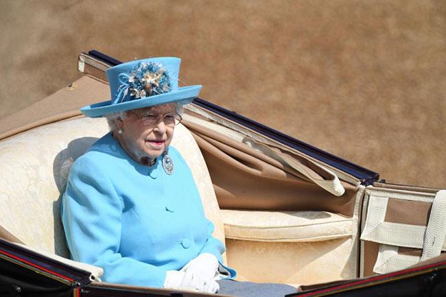 Trong khi đó, Nữ hoàng ngồi một mình trên chiếc xe ngựa riêng.