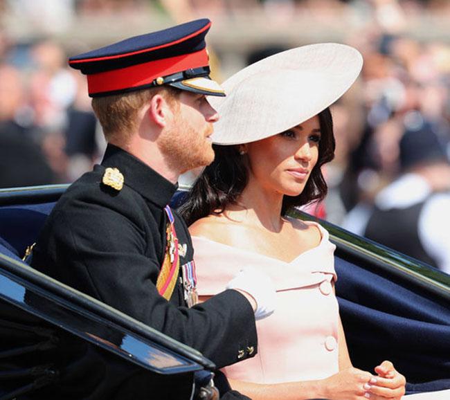 Từ sáng sớm hôm nay, hàng nghìn người hâm mộ đã tụ tập trước Điện Buckingham để chờ đón sự xuất hiện của cặp vợ chồng mới cưới - Công tước và Nữ công tước xứ Sussex - sau tuần trăng mật tại lễ diễu hành mừng sinh nhật lần thứ 92 của Nữ hoàng.