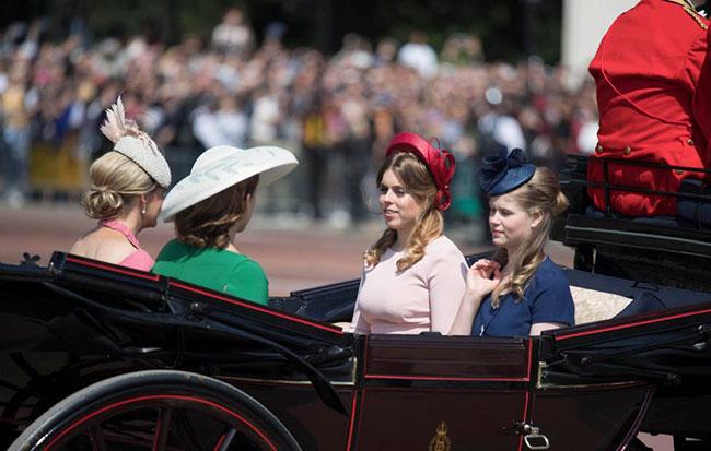 Trên một chiếc xe ngựa bốn chỗ khác còn có sự góp mặt củaCông chúa Beatricevà Eugenie.