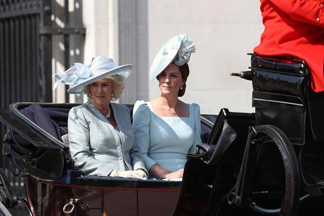 Không xuất hiệncùng vợ trên xe ngựa, Hoàng tử William lúc này đang cưỡi ngựa trong tư cách đại tá danh dự.