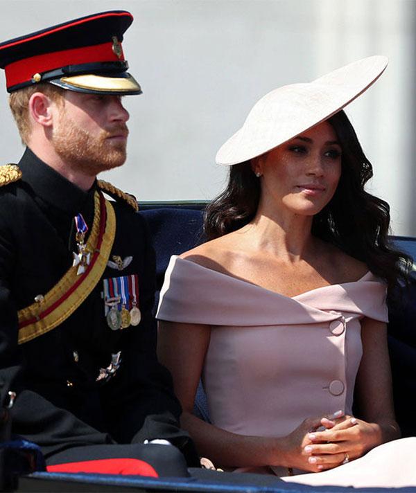 Trong khi Hoàng tử Harry mặc quân phục đĩnh đạc, Meghan lại được đánh giá xinh như một nàng công chúa bước ra từ truyện cổ tích với bộ váy hở vai màu hồng và mũ cùng màu. Chiếc nhẫn cưới cũng được chú ý khi lấp lánh trên ngón tay áp út của Nữ công tước xứ Sussex.