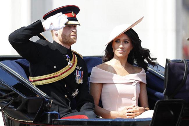 Vừa trở về London 2 ngày sau tuần trăng mật, vợ chồng Harry và Meghan là những người đầu tiên có mặt trong lễ diễu hành.