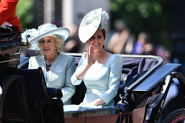 Đi sau cỗ xe ngựa của vợ chồng Hoàng tử Harry là Nữ công tước xứ Cambridge và mẹ kế của chồng, Nữ công tước xứ Cornwall.
