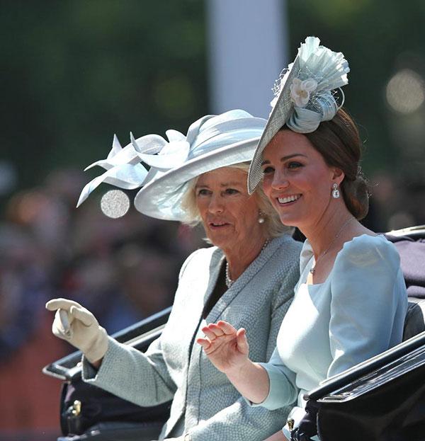 Cả hai cùng diện váy và mũ màu xanh pastel. Kate trông rạng rỡ và thon gọn sau 1,5 tháng sinh Hoàng tử Louis.