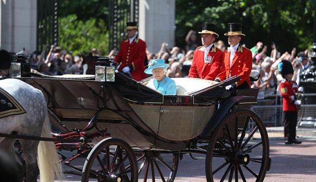 Bà là một fan của môn thể thao cưỡi ngựa và thường xuyên tự cưỡi ngựa. Tuy nhiênvài năm trở lại đây, do tuổi cao nên Nữ hoàng đổi sang ngồi xe ngựa kéo.