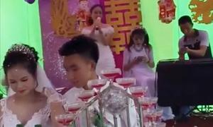 Cô gái khóc khi hát 'Kẻ phản bội' trong đám cưới người yêu cũ