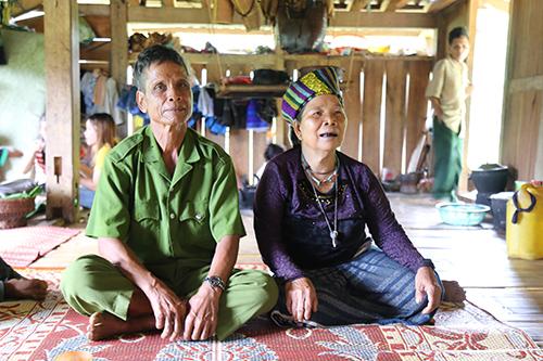 Tuổi cao, sức khoẻ yếu nên ông Ky cùng vợ là Hồ Thị Tươm (67 tuổi) ra bản sống cùng con trai. Ảnh: Hoàng Táo.