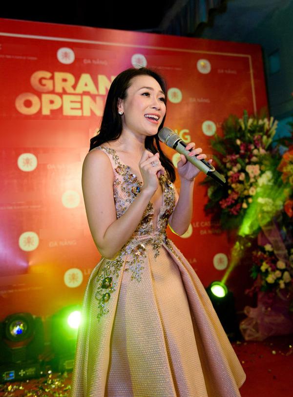 Nhờ chiếc váy xẻ ngực và xếp nếp khéo léo, Mỹ Tâm trở nên quyến rũ hơn trên sân khấu một event  ở quê nhà Đà Nẵng.