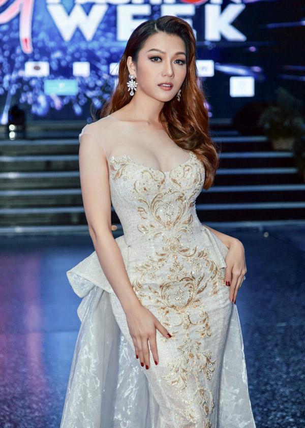 Hoa hậu quốc tế người Việt 2016 Thái Nhiên Phương mặc lộng lẫy dự đêm thời trang ở TP HCM. Cô xuất hiện với vai trò chủ nhân của thương hiệu thời trang mới, đến giới thiệu sưu tập Angels by the sea do chị gái thiết kế.