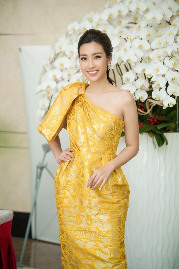 Đỗ Mỹ Linh khoe vai trần khi đi chấm Hoa hậu Việt Nam 2018 - 1