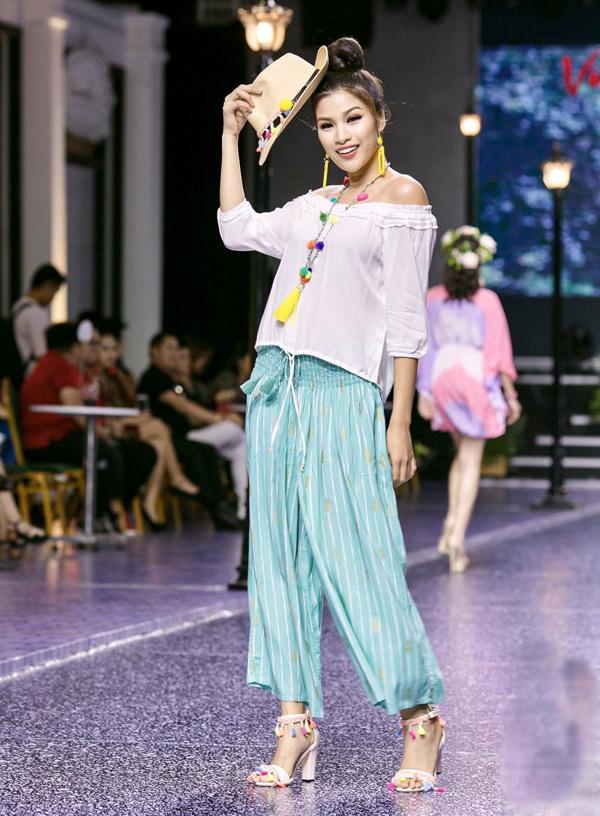 Chân dài Nguyễn Thị Thành tham gia trình diễn trong đêm thời trang.