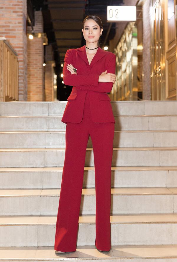 Xuất hiện tại sự kiện ngày 7/6, Hoa hậu Phạm Hương diện bộ suit thanh lịch với đường nét cắt may sắc sảo, tạo cảm giác đôi chân dài miên man.