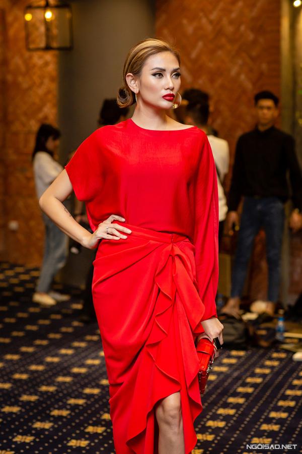 Diện nguyên cây đỏ từ trang phục đến phụ kiện tại buổi casting chương trình The Face ở Hà Nội, Võ Hoàng Yến toát lên vẻ kiêu kỳ, sang chảnh.