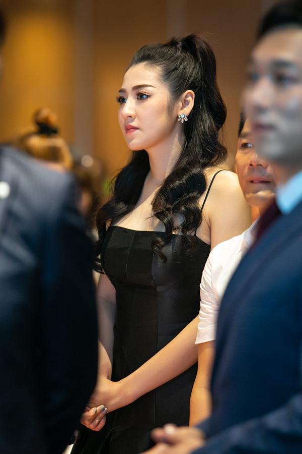 Tú Anhchăm chú theo dõi phát biểu của các khách mời. Tại sự kiện, Á hậu Việt Nam 2012 chia sẻ, cô rất chú trọng việc chăm sóc da và luôn ưu tiên các sản phẩm làm đẹp organic.