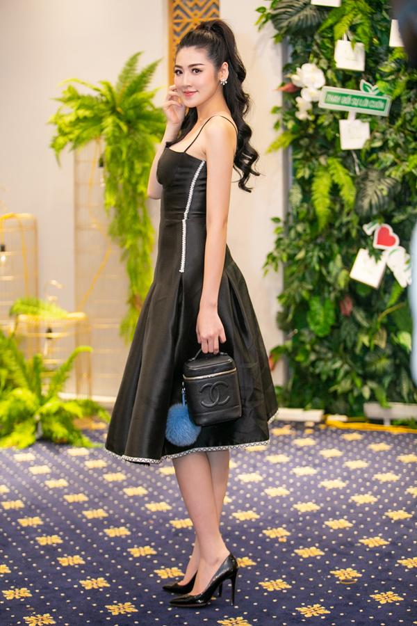Tối 9/6, Dương Tú Anh làm kháchmời tại một sự kiện tại Hà Nội. Á hậu Việt Nam 2012 khéo léo khoe vóc dáng khi diện bộ váy xòe bó sát phần eo. Cô được mẹ tháp tùng, chăm sóc từng ly từng tý tại sự kiện.