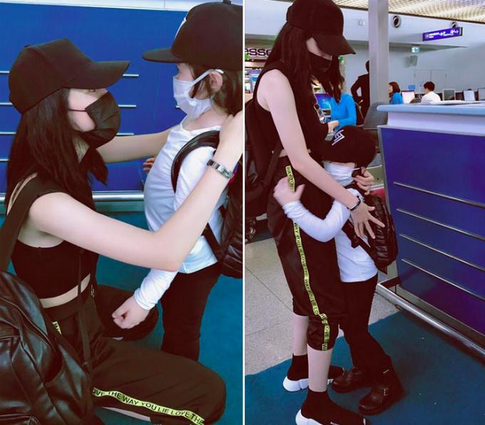 Túc Mạch ôm mẹ chặt cứng ở sân bay khi hai mẹ con chuẩn bị khởi hành.