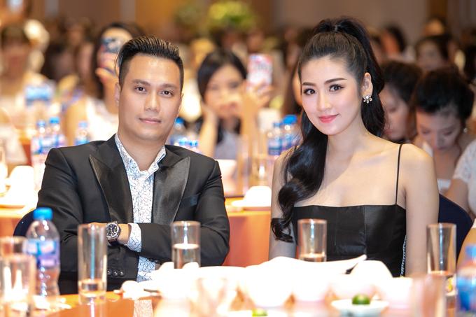 Á hậu Tú Anh và diễn viên Việt Anh ngồi cạnh nhau và rôm rả trò chuyện trong suốt sự kiện. Sau khi buổi tiệc kết thúc, người đẹp nhanh chóng ra về và từ chối trả lời các câu hỏi của giới báo chí. Mẹ cô thay con gái cáo bận vì phải tiếp tục chạy show.Tú Anh sinh năm 1993, là con duy nhất trong một gia đình khá giả ở Hà Nội. Năm 2012, cô tham gia cuộc thi Hoa hậu Việt Nam 2012 và giành ngôi Á hậu 1.