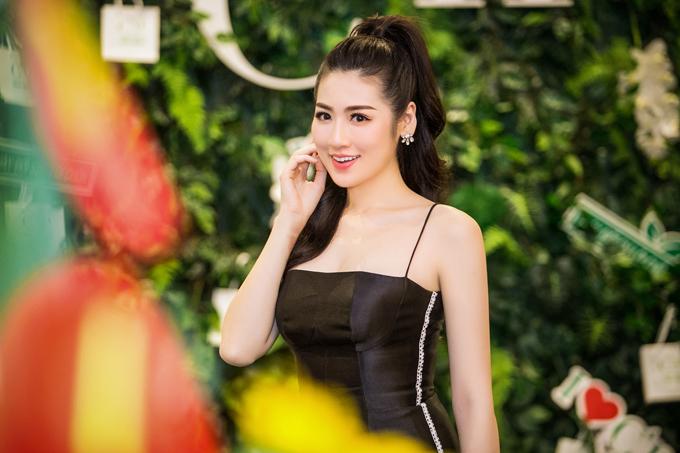 Trên mạng xã hội còn lan truyền thông tin, chồng sắp cưới của Tú Anh chính là người yêu cũ của ca sĩ Văn Mai Hương.