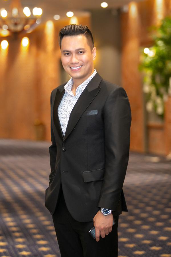 Nam diễn viên Người phán xử bảnh bao trong bộ vest tối màu. Anh từ sân bay đến thẳng sự kiện sau chuyến du lịch cùng vợ con tại Đà Nẵng.