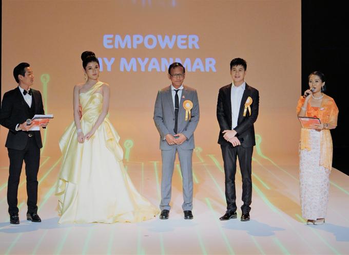 Huyền My, Nay Toe cùng giao lưu với giới truyền thông trong chương trình.