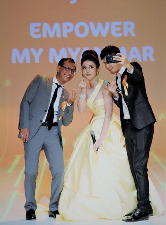 Nay Toe (phải), nam diễn viên nổi tiếng ở Myanmar cũng là đại sứ của sự kiện cùng Huyền My. Trên sân khấu, anh hào hứng selfie cùng người đẹp Việt và một vị khách.