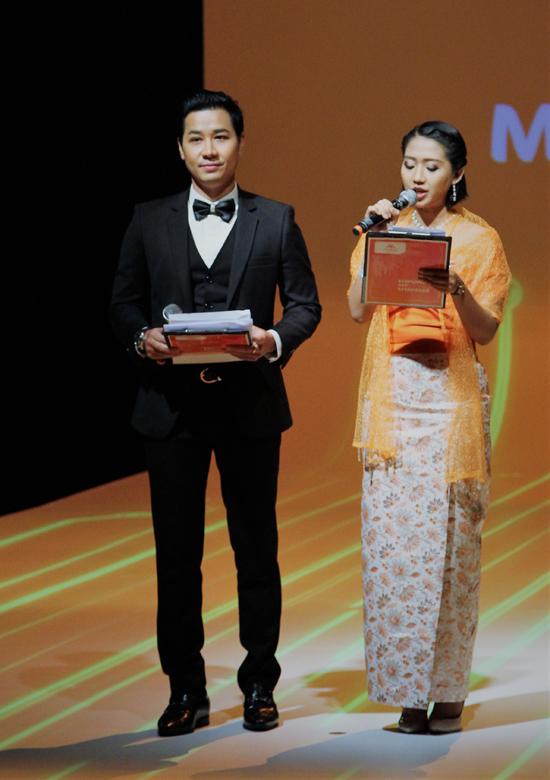 MC Tuyệt đỉnh song ca cũng có dịp hợp tác với Sarah - MC quốc dân của Myanmar. Event có nhiều vị khách của cả hai quốc gia, do đó Nguyên Khangnói tiếng Việt, còn Sarah dẫn tiếng Myanmar.