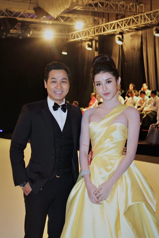 Huyền My diện váy vàng như công chúa yêu kiều, sóng đôi bênNguyên Khang tại event ở Myanmar vào hôm qua (9/6). Á hậu Việt Nam 2014là đại sứ của chương trình, còn đàn anh được mời làm MC .