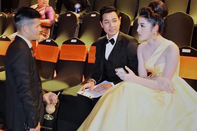 Đạo diễn Việt Tú (phải) là người dàn dựng sự kiện mà Nguyên Khang, Huyền My góp mặt. Ba nghệ Việt vui vẻ trò chuyện trước khi chương trình diễn ra.