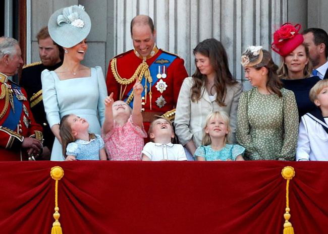 Charlotte và anh trai George hào hứng xem màn biểu diễn máy bay trên bầu trời cung điện. Ảnh: PA.