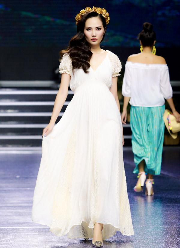 Hoa hậu Đông Nam Á Diệu Linh lộng lẫy như nữ thần trong một thiết kế dài chấm gót chân.
