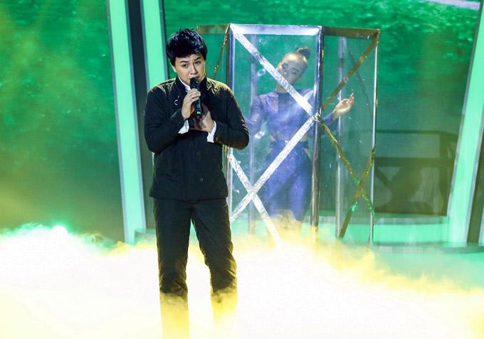 Giọng hát của Duy Khánh trên truyền hình tốt hơn so với khi anh trình diễn tại họp báo.