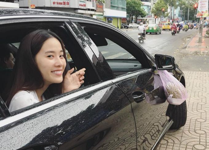 Nam Em để mặt mộc đi mua sầu riêng. Sợ mùi ám lên xe nên cô treo ở gương chiếu hậu.