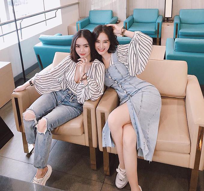 Hai chị em Angela Phương Trinh diện đồ ton sur ton vừa thời trang vừa kín đáo, khác với vẻ sexy quen thuộc.