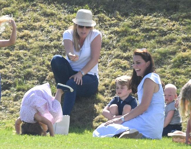 Charlotte hào hứng lộn ngược đầu, George rụt rè mếu máo khi cùng mẹ đi xem polo