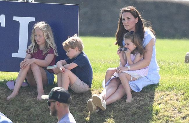 Charlotte hào hứng lộn ngược đầu, George rụt rè mếu máo khi cùng mẹ đi xem polo - 6